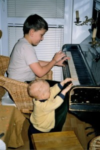 Dzieci grają na pianinie