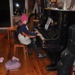 gra na pianinie w kurtce