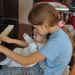 gra na pianinie z maluchem