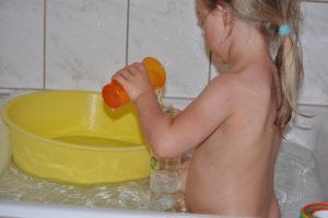 nalewanie wody do butelki