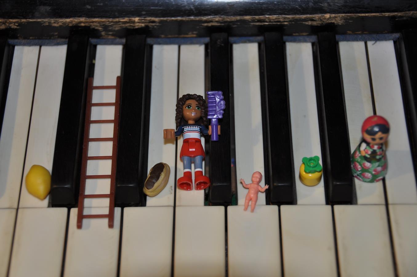Gama z rzeczami na pianinie